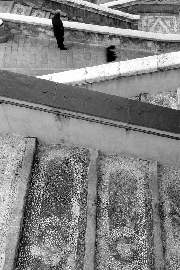 personnages escaliers Menton rue ville