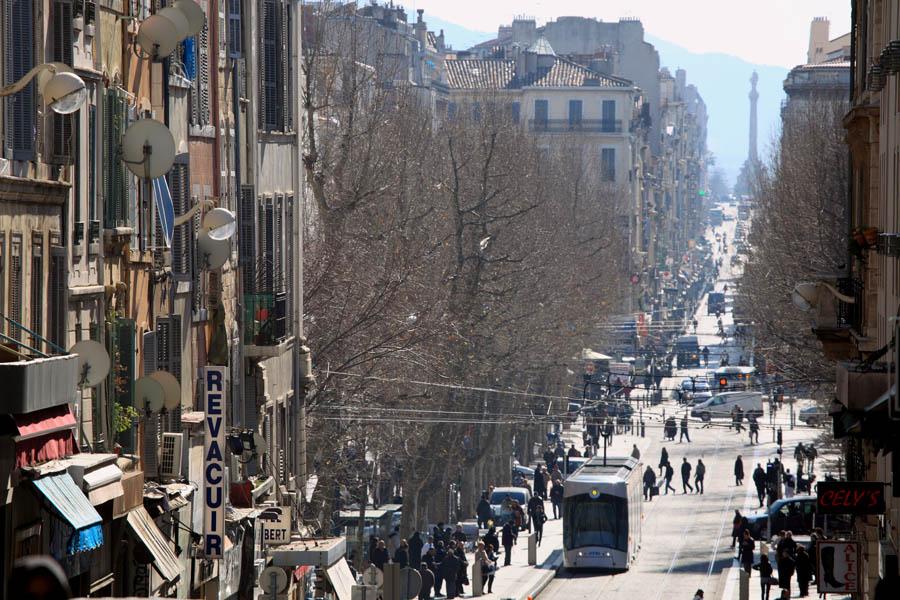 rue tramway immeuble foule monde ville