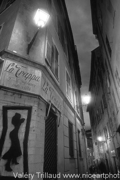 Vieille ville Nice nuit noir et blanc bar rue architecture