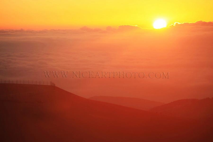 lever de soleil montagne ciel nuageux