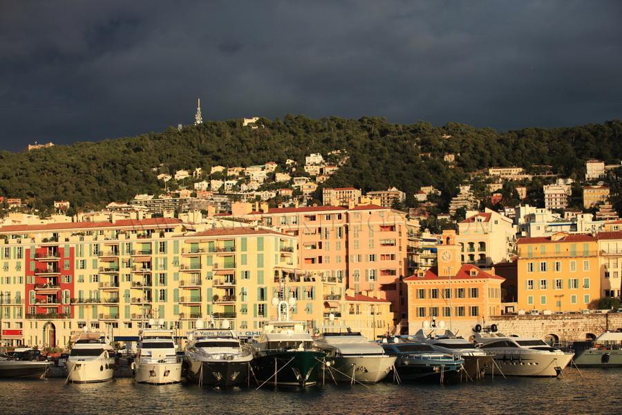 Le port Nice, ciel d'orage