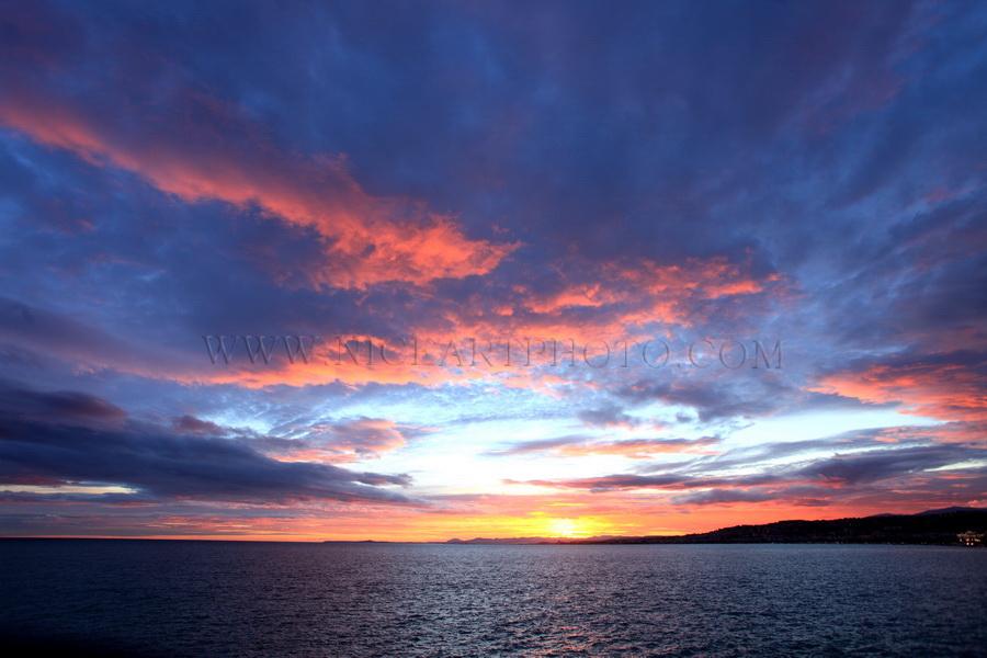 ciel rouge, nuageux, coucher de soleil Nice