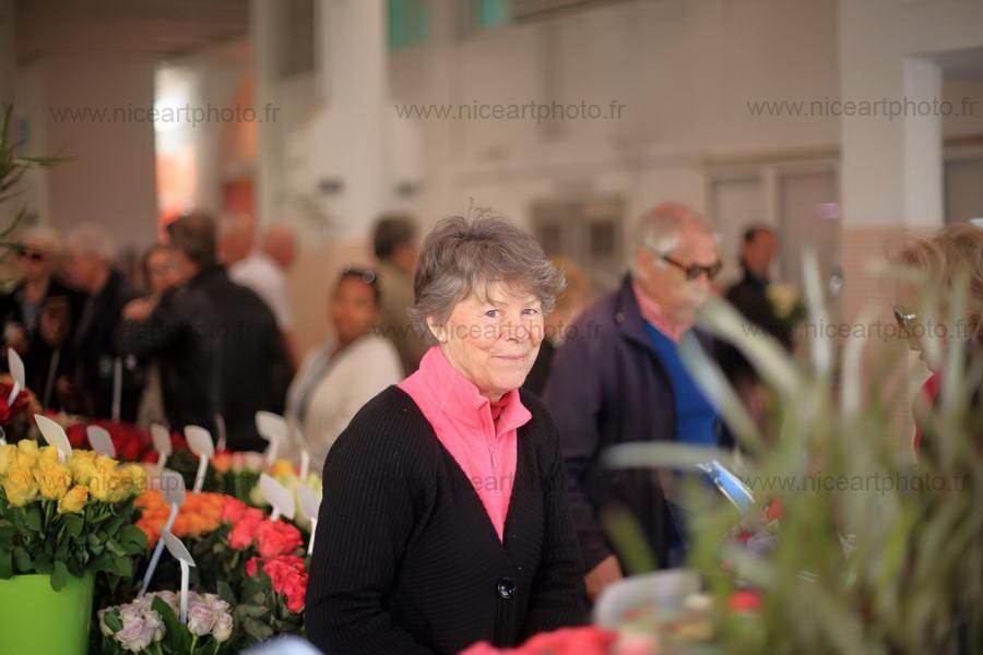 Le sourire de la fleuriste Marché Forville Cannes//V.Trillaud/www.niceartphoto.fr