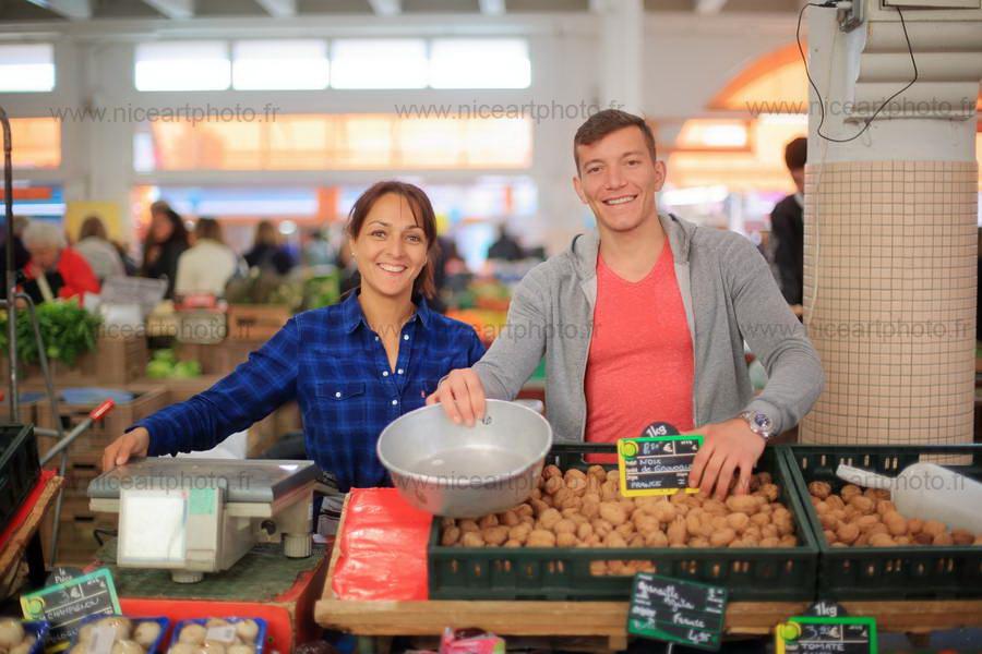Le sourire des commerçants du marché Forville Cannes//V.Trillaud//www.niceartphoto.fr