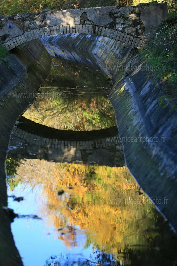 reflet pont dans eau canal