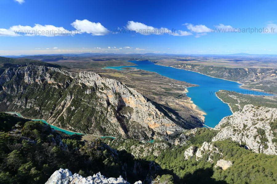 Vue panoramique sur le lac de Sainte Croix du Verdon et sur les gorges