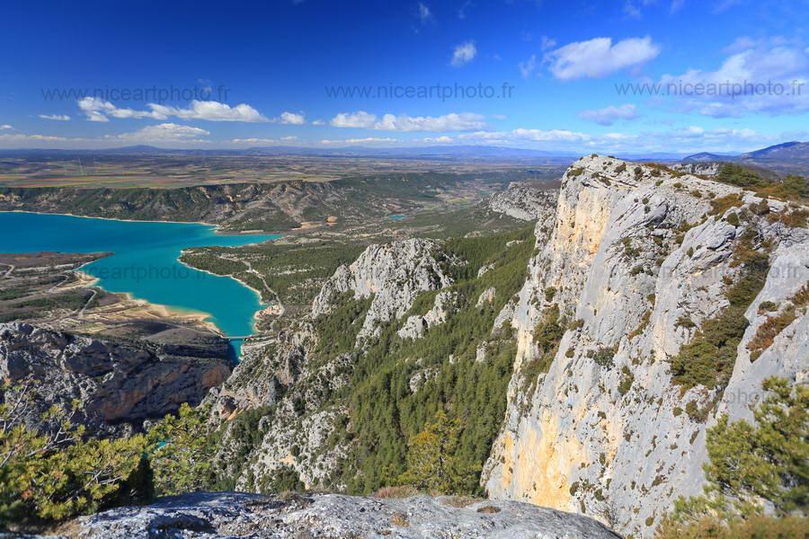 Falaise vertigineuse au dessus des gorges du Verdon et du lac de Sainte Croix